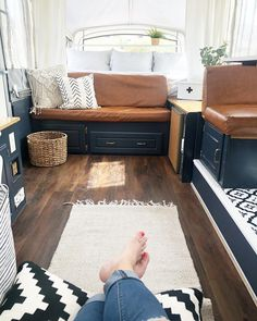 I am in love with Katie's pop up camper makeover. She did such an amazing job. It's beautiful and super kid-friendly, too. Popup Camper Remodel, Camper Renovation, Diy Camper, Camper Life, Camper Ideas, Pop Up Tent Trailer, Pop Up Caravan, Diy Caravan, Caravan Decor