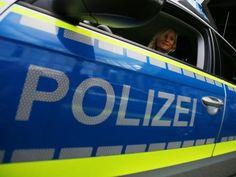 """Neue gelbe Streifen für die Autobahnpolizei: Dank Markierungen leichter und schneller zu erkennen -- Die neuen Wagen der Autobahnpolizei in Nordrhein-Westfalen bekommen gelbe Streifen. """"Die neongelben Streifen verbessern die Sicherheit"""", sagte Innenminister Ralf Jäger (SPD) am Donnerstag in Düsseldorf."""