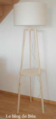 DIY Floor Lamp tripod wooden pallet by Furniture Outlet, Discount Furniture, Diy Luminaire, Diy Floor Lamp, Diy Flooring, Wooden Pallets, Tripod Lamp, Woodworking Projects, Diy Home Decor