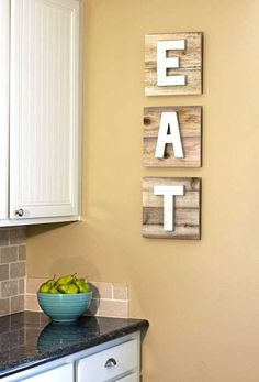 Leuke DIY's voor de keuken: hartstikke eenvoudig om wat letters te schilderen, op houten paneeltjes te plakken en op te hangen in de keuken.
