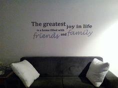 Muurschildering tekst in de woonkamer boven de bank in 2 grijstinten en in zilver. Op maat gemaakt boven de bank en de kleur van de bank kom...
