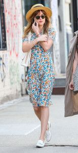 """Sundresses o """"vestidos de verano""""  Dakota Johnson en Sundress y zapato plano: los vestidos que más apetece ponerse en esta época del año... ligeros y holgados con aire casual."""