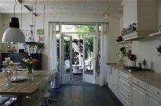 een gezellige woonkeuken met openslaande tuindeuren