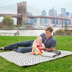 Best Picnic Blankets - this @skiphopnyc blanket is large, waterproof and features a detachable insulated cooler - perfect for summer! #babygear #summer #picnic