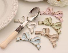 イタリア製 SOLDI リボン カトラリーレスト Diy Cadeau, Chopstick Rest, Kitchenware, Tableware, Plate Design, Chopsticks, Make Time, Rococo, Diy Party