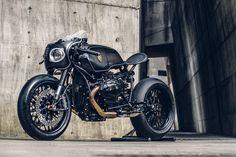 Segundo Winston, da Taiwanesa Rough Crafts, a Bavarian Fistfighter é um tributo ao passado com uma mistura da melhor tecnologia. Sem dúvida que as alterações a esta BMW R nineT resultaram em uma obra de arte, com ar de durona e pronta para acelerar. Fonte: http://www.bikeexif.