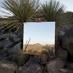 Fotografias de espelhos em cavaletes que parecem pinturas no deserto. Por Daniel Kukla.