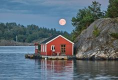 Summer cottage in Finland? Reminds me of my childhood on Black Lake, Ontario Photo Trop Belle, Beautiful Norway, Scandinavian Countries, Lake Cabins, Swedish House, Cabins In The Woods, My Dream Home, Finland, Beautiful Places