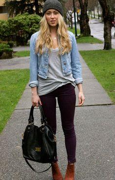 Den Look kaufen:  https://lookastic.de/damenmode/wie-kombinieren/jeansjacke-t-shirt-mit-v-ausschnitt-enge-jeans-stiefeletten-shopper-tasche-muetze-anhaenger/2603  — Dunkelgraue Mütze  — Hellblaue Jeansjacke  — Graues T-Shirt mit V-Ausschnitt  — Dunkellila Enge Jeans  — Braune Wildleder Stiefeletten  — Schwarze Shopper Tasche aus Leder  — Silberner Anhänger
