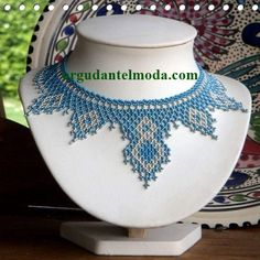Schéma du netting bleu et argent – La Bijoutisse – My All Pin Page Seed Bead Necklace, Seed Bead Jewelry, Bead Jewellery, Beaded Jewelry, Beaded Bracelets, Necklaces, Bead Crochet Patterns, Beading Patterns, Jewelry Patterns