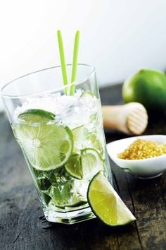 Do you want to prepare the ultimate Caipirinha like a pro? Here's the original recipe with ingredients, doses, tips and the best food pairings! Caipirinha Recipe, Caipirinha Cocktail, Cocktail Drinks, Fun Drinks, Beverages, Mojito, Vegan Breakfast Smoothie, Vegan Smoothies, Shake