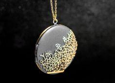 NOUVEAU : Collier arbre abstrait. Grand médaillon vintage authentique. Émaillé avec motif arbre abstrait embarqué. Collier long.