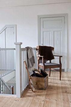 Titta in i det varsamt renoverade Farmhouse Style Kitchen, Farmhouse Homes, Sweden House, Interior And Exterior, Interior Design, Loft House, Dorm Decorations, White Walls, Living Spaces