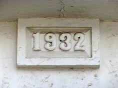 Cacería Tipográfica N° 272: Año de construcción 1932 en la fachada de una casona cercana a la Plaza de Yanahuara en Arequipa.