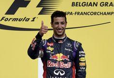 14F1第12戦ベルギーGP(Belguim Grand Prix 2014)決勝。表彰式で優勝を喜ぶレッドブル(Red Bull)のダニエル・リチャルド(Daniel Ricciardo、2014年8月24日撮影)。(c)AFP=時事/AFPBB News