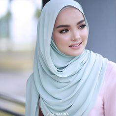 Clio Essential Series ini memang special kerana fabrik yang digunakan sangat best di mana ia mempunyai tekstur yang unik serta fabrik ini jugak tidak mudah renyuk tau! So pada anda yang suka sangat travel tu, wajib dapatkan Clio Essential Series ini! Memang best dan anda juga tidak perlu mengambil masa untuk bersiap lagi! Hijabi Girl, Girl Hijab, Stylish Dp, Muslim Beauty, Hijab Niqab, Muslim Women Fashion, Muslim Girls, Beautiful Hijab, Diy Dollhouse