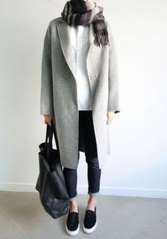 白シャツとジーンズにスリッポンを合わせたコーデ。カジュアルなのに品よく見えるのはグレーのコートのおかげです。