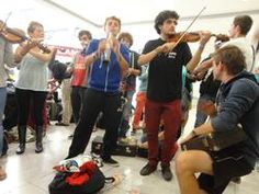 México, DF, 19 de agosto de 2014. La Orquesta Sinfónica Juvenil de Burdeos, Francia, deleitó con algunas obras a pasajeros nacionales y extranjeros en la la Terminal 1 del Aeropuerto Internacional de la Ciudad de México.