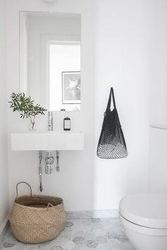 Guest toilet with light gray marble floor, hexagonal tiles Gäste Wc mit hellgrauem Marmorboden, Sechseckfliesen - Marble Bathroom Dreams