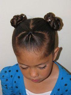 Des petits chignons inversés Idée de coiffure pour cheveux frisés #coiffure #fille #enfant #facile #couronne #ado #ecole #tresse #rapide #chignons #mariage #boucle #tutoriel #danse #couette #bapteme #metisse #elastique #frange #noeud