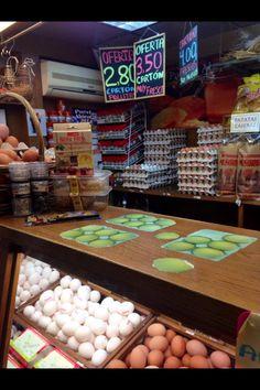 En el Mercado Central de Alicante hay muchos huevos. Huevos blancos y huevos morenos y tambien huevos de avestruz. Los huevos de avestruz son muy grande.