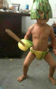 Liebe Eltern, jetzt einmal eine ernste Frage: Wie kommt man auf diese merkwürdige Idee ein Kind als Melonenmonster zu verkleiden? War die Schale von der Wassermelone noch über? Ich bitte um Erklärung. (Süß ist es ja irgendwie schon). | unfassbar.es