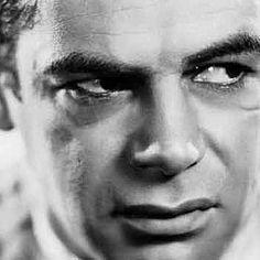 Com distinção visceral, Scarface entra em cena com os dois pés no peito dos padrões pudicos dos filmes hollywoodianos. Sua ousadia levou a enormes gastos com adaptações, já que a censura da época não se sentiu confortável em liberar algo que estava além do limite daquilo que uma família gostaria de assistir em um fim de semana no cinema.