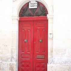 I'd be fibbing if I said I wasn't tempted!!! #letsmovetomalta #reddoor #architecture #door #doorporn #holiday #lovemalta #blogger #bloggingmum #ig #igtravel #travel #europe #travelmum
