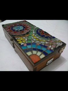 caixa Mosaic Crafts, Mosaic Projects, Mosaic Art, Mosaic Tiles, Projects To Try, Glass Jewelry Box, Tea Box, Glass Boxes, Peacock Feathers