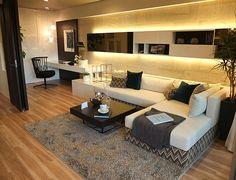 リビングルームコーディネート|壁一面に設置した間接照明がお部屋をやわらかく演出します。