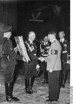 Heinrich Himmler Sepp Dietrich Karl Wolff Hitler 1939.jpg aniversário