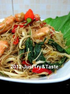 Just Try & Taste: Bihun Goreng a la Singapore Mi Goreng Recipe, Prawn Noodle Recipes, Malaysian Dessert, Mie Goreng, A Food, Food And Drink, Indonesian Food, Indonesian Recipes, Rice Vermicelli