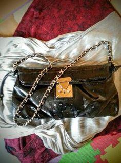 Bolso de mano elegante que viene con correa para el hombro usado una vez a una boda. el ciere es tipo candado con llave.