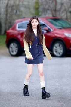 "lux. on Twitter: ""190329 뮤직뱅크 이런 #왕이런 #王怡人 #yiren #기쁨이 #쁨 #포메 #에버글로우 #EVERGLOW @EVERGLOW_twt… "" Fashion Tag, Korea Fashion, Kpop Fashion, Daily Fashion, Fashion Beauty, Girl Fashion, Kpop Girl Groups, Kpop Girls, Airport Fashion Kpop"