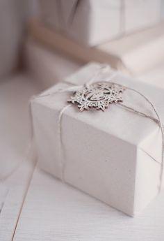 Two Simple Wrapping Christmas Ideas with Natural Materials // Две семпли идеи за пакетиране на коледни подаръци с естествени материали | 79 Ideas