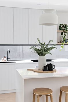Home Decor Kitchen, New Kitchen, Home Kitchens, Kitchen Island Decor, Space Kitchen, Kitchen White, Kitchen Styling, Modern Kitchen Design, Interior Design Kitchen