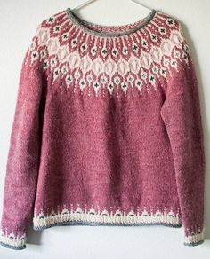 Knitting Patterns Ravelry Inspired by traditional Icelandic circular yoke sweaters, Telja is knit in the round from the bottom… Fair Isle Knitting Patterns, Fair Isle Pattern, Sweater Knitting Patterns, Top Pattern, Knit Patterns, Knitting Sweaters, Stitch Patterns, Tejido Fair Isle, Punto Fair Isle
