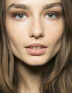 BCBG propone un maquillaje de ojos en dos tonos de marrón con labios en nude y cejas naturales.