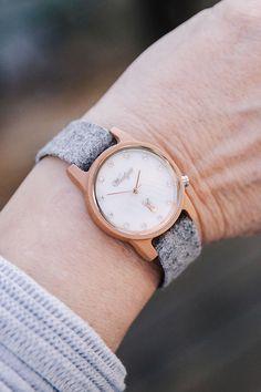 Im steirischen Ennstal kreiert das Ehepaar Hutegger diese klare und minimalistische Damen-Armbanduhr mit einem Gehäuse aus dem Holz der Elsbeere und einem handgefertigten Band aus Loden.