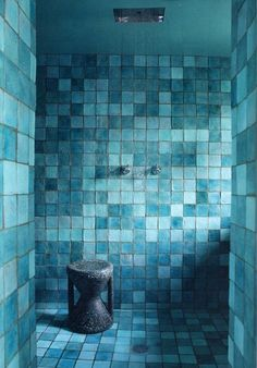 Paola Navone& Paris home. mixed shades of blue tiles. Tuile Turquoise, Turquoise Tile, Shades Of Turquoise, Bleu Turquoise, Shades Of Blue, Turquoise Bathroom, Aqua Blue, Turquoise Accents, Love Blue