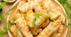 Gołąbki to tradycyjna polska potrawa, która wprost rozpływa się w ustach. Zwłaszcza, jeżeli jest podawana w towarzystwie sosu pomidorowego. Dowiedz się zatem krok po kroku, jak zrobić gołąbki. Nie musisz zjeść wszystkich naraz. Po zamrożeniu będą smakować jeszcze lepiej! GŁÓWNE SKŁADNIKI: 1 duża główka włoskiej kapusty 2 jajka 1,5 cebuli 2 liście laurowe 2 kulki … Snack Recipes, Snacks, Curry, Chips, Food, Snack Mix Recipes, Appetizer Recipes, Appetizers, Curries