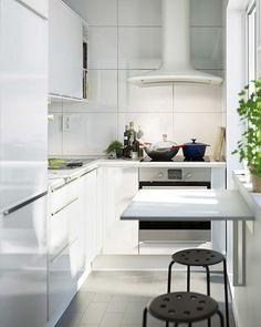 Kuchyně v úzkém prostoru ve tvaru písmene L. Nástěnný stolek lze kdykoli sklopit a tak uvolnit průchozí prostor. Stolek Norberg za 799 Kč.