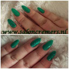 green glittery almond twisted nails smaragd