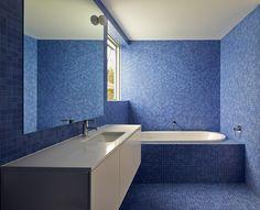 13 Exemplos Inspirado de azul e branco Banheiros // Vários tons de azulejos…