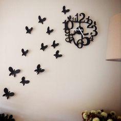 Met wat inspiratie van pinterest, de klok gevonden op Fonq.nl en mijn eigen creativiteit gebruikt bij het tekenen en knippen van de vlinders, toch wel een leuke muurversiering. Veel beter dan naarstig naar een geschikt schilderij zoeken!