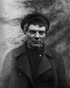 Vladimir Lenin com uma peruca antes de sua visita ilegal para a Finlândia. Verão de 1917. / Vladimir Lenin with a wig before his illegal visit to Finland. Summer of 1917.