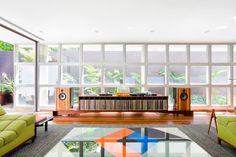 Casa Moderna em São Paulo - Casa AA Ricardo Bassetti por Pascali Semerdjian Arquitetos - Sofá Verde Greenery - Estante Modernista - Home Theater Embutido - Mesa de Centro de Vidro - Iluminação Natural - Blog Decostore
