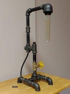 Il s'agit d'une lampe de tuyau de style industriel, conçu à la main unique, qui sera un complément à n'importe quelle table de bureau ou sur un côté. Personnellement, j'ai construit cette lampe de 1/2 brut, le tuyau de fer noir et la fourniture. La valve de robinet-style fonctionne