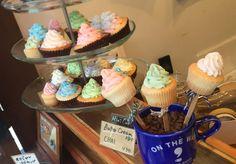 ON THE WAY,(オンザウェイ)の店頭に並ぶカラフルなカップケーキ