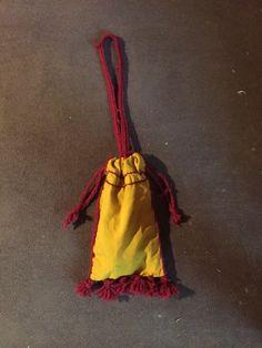 Almosenbeutel: nach einer Abbildung aus dem Codex Manesse, auf Tafel 27 ( https://upload.wikimedia.org/wikipedia/commons/c/c4/D_v_aist.jpg ). Er ist aus gelben Leinen und besitzt sechs Tasseln, Verzierungen, vesrchluss und aufhängband aus Roter Wolle. Er ist mit Leinengarn handgenäht.
